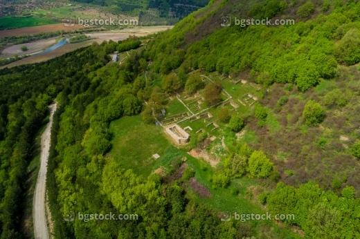 крепост градище и крепост хоталич от високо с дрон